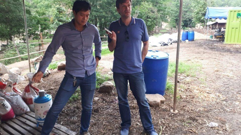 David Jakš při natáčení reportáže o likvidaci bioodpadu v Thajsku