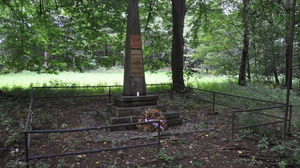 Pomník 5 obětem z Čachnova zavražděných na konci války
