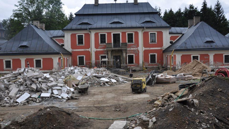Lovecký zámeček Karlštejn je nyní v rekonstrukci.jpg