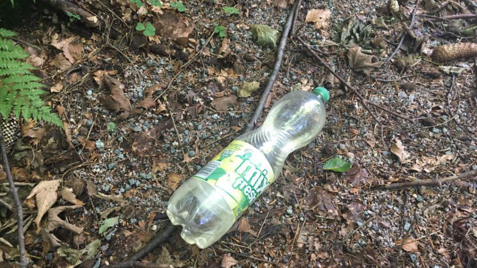 Plné odpadků jsou příkopy u silnic v Orlických horách. Většina obalů je od polských potravin