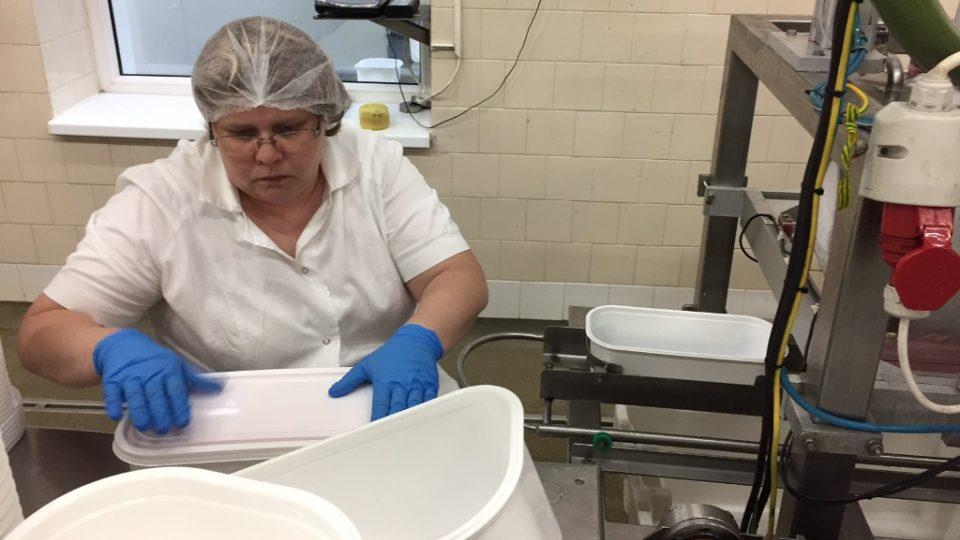 Zmrzlinu vyrábí továrna v Třebíči. I v parném létě se tu zaměstnanci musí pořádně oblékat