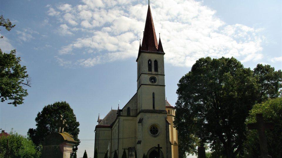 Bývalý farní kostel sv. Petra a Pavla v Zaloňově, u kterého byly moruše vysázeny