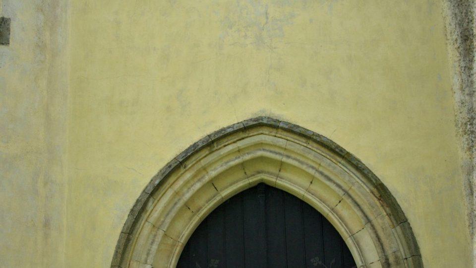 Vstup do kostela sv. Petra a Pavla v Zaloňově