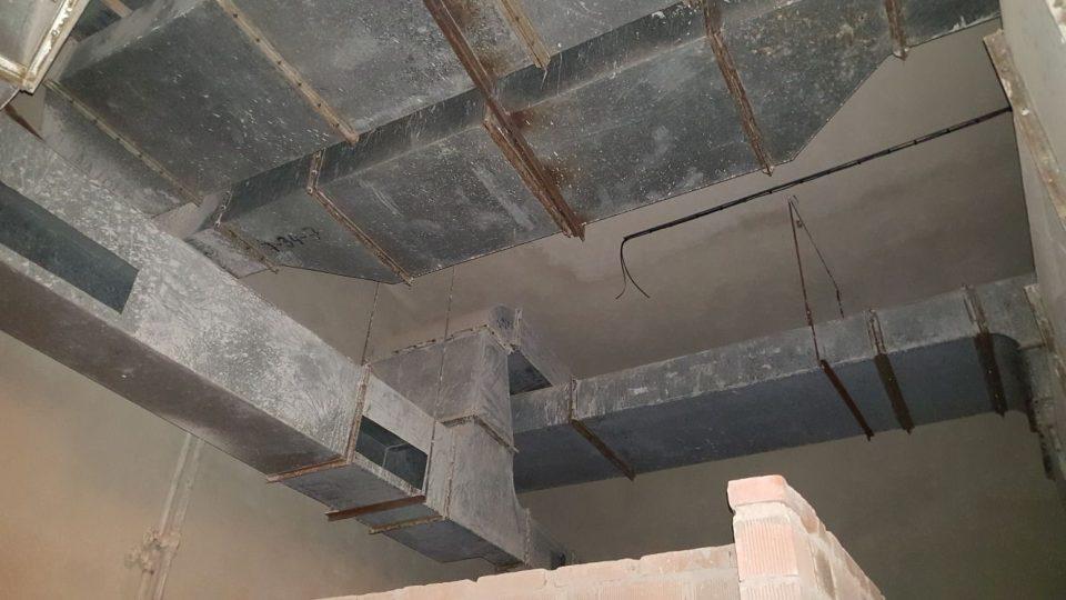 Vzduchotechnika v rozestavěné kuchyni. Ve španělském křídle jsou ji rozvedené stovky metrů, vzduchotechnika ale nikdy nebyla uvedena do provozu