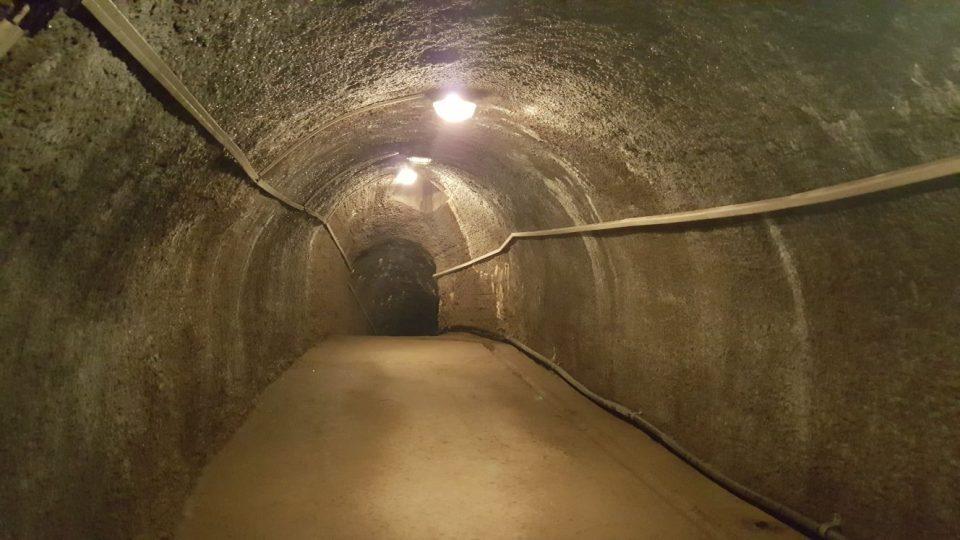 Původní chodby pod španělským křídlem jindřichohradeckého zámku opravili za socialismu betonem