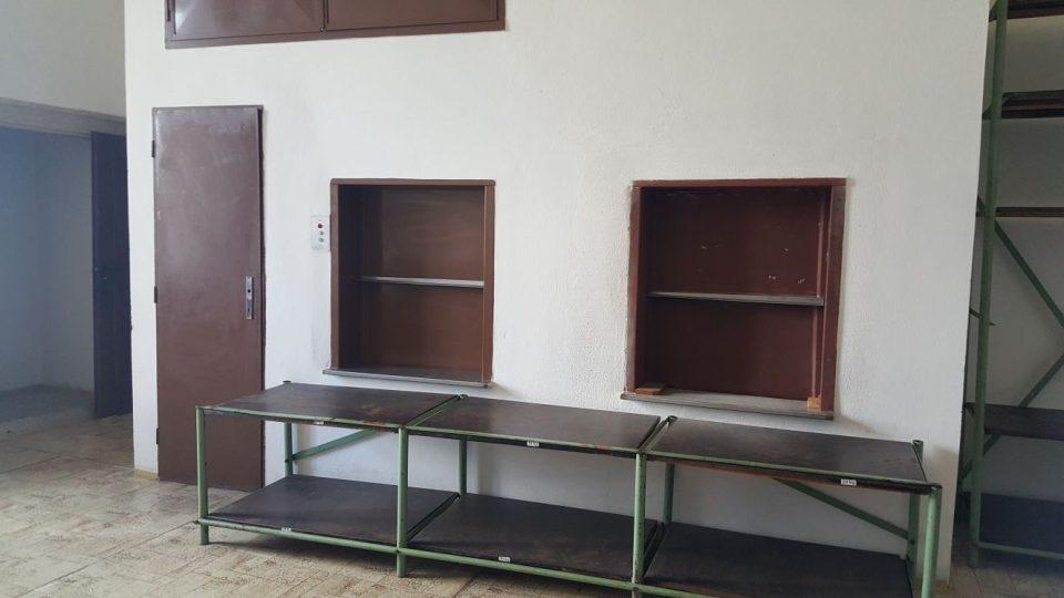 Výtahy, které měly sloužit pro dopravu jídla z kuchyně ve sklepení do restaurace v podkroví španělského křídla