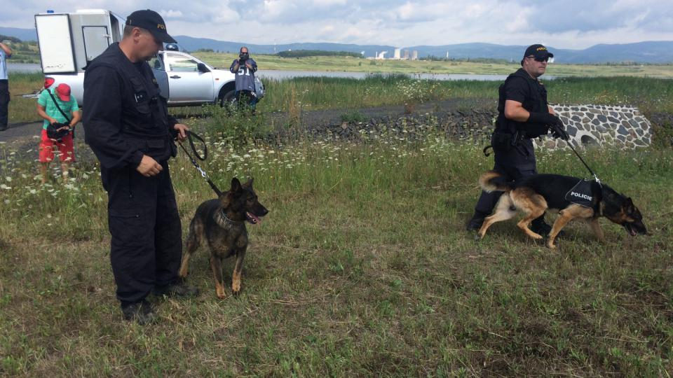 U jezera Matylda nacvičují kynologové se psy nástup a výstup do vrtulníku i samotný let