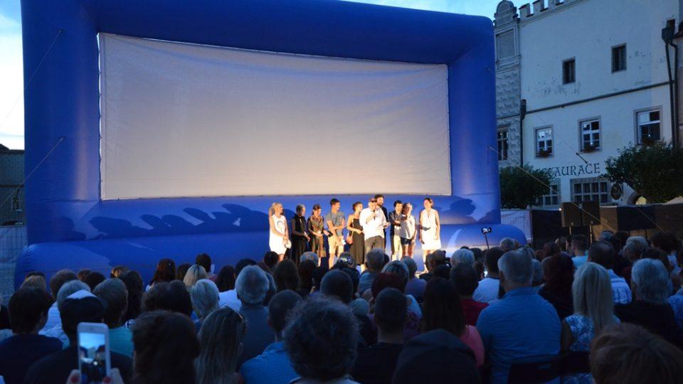 Zahájení festivalu se uskutečnilo na náměstí, následovala projekce filmu Po strništi bos
