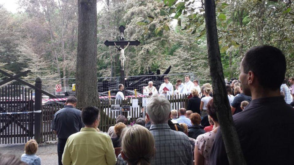 Nedělní mše pod širým nebem, z kostela zůstal jen kříž