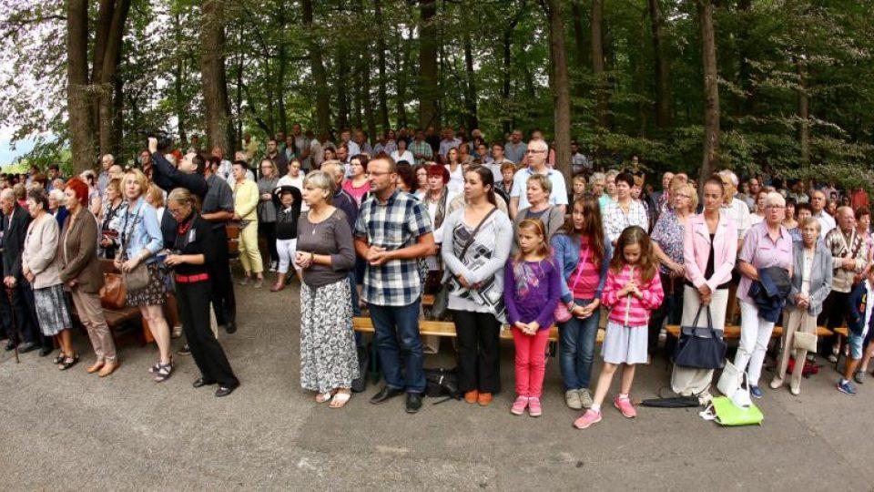 Nedělní mše u vyhořelého kostela se zúčastnilo na 300 lidí