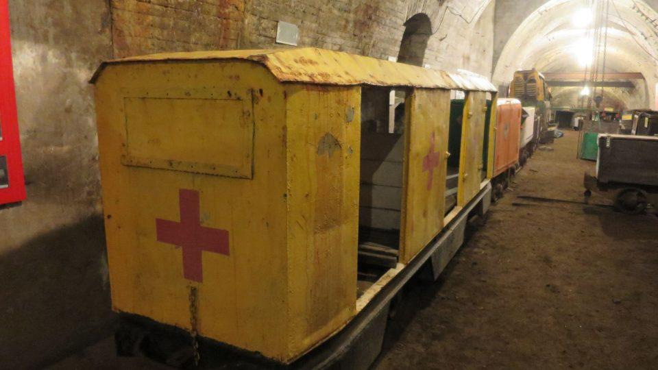 Důlní vláček, kterým se vozí návštěvníci šachtou