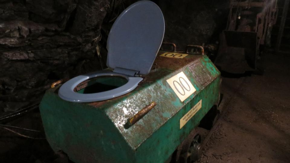 Také toaleta pro horníky byla na kolejích