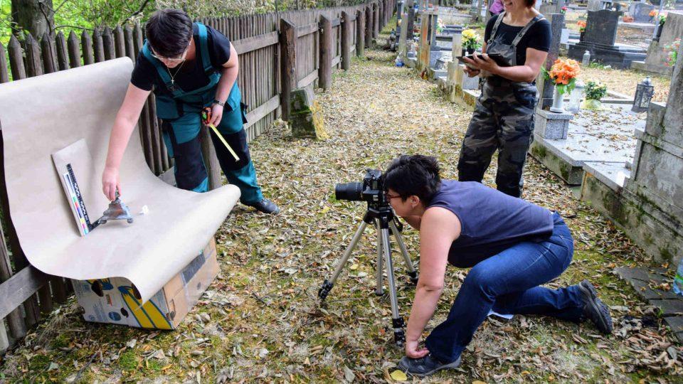 Pracovnice ostravského památkového ústavu fotografují nalezený zbytek svícnu