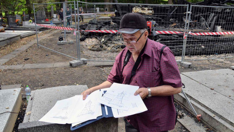 Antonín Závada nahlíží do plánků kostelíku v Gutech