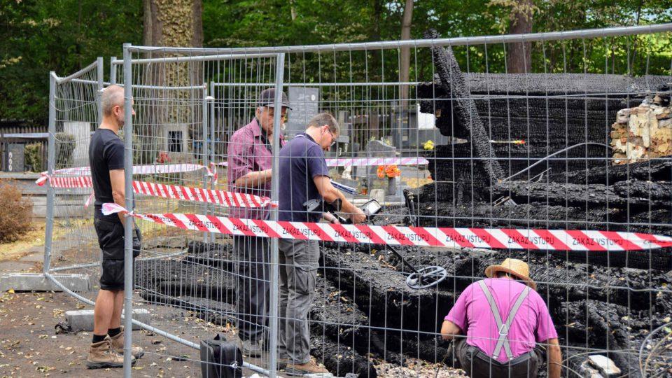 Památkáři a expert na dřevostavby Antonín Závada zkoumají ohořelé trosky kostelíku