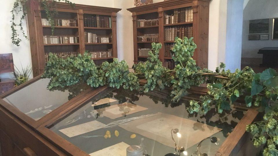 Klášter Zlatá Koruna zdobí expozice ...Na zdraví!, jejíž součástí jsou i květinová aranžmá
