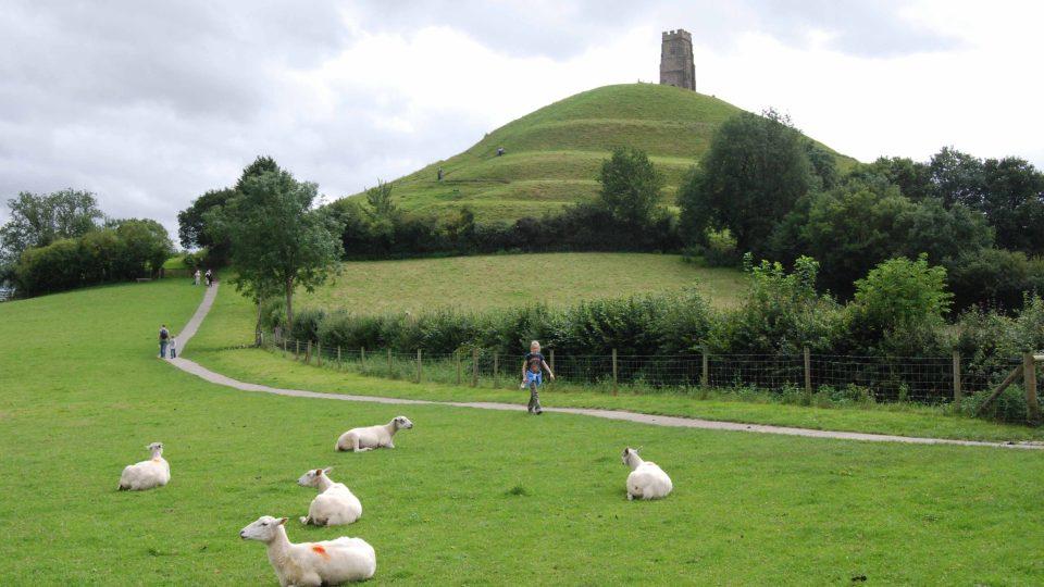 Vrch Tor nad městem Glostonbury je podle středověké tradice místem, kde se nacházel legendární ostrov Avalon