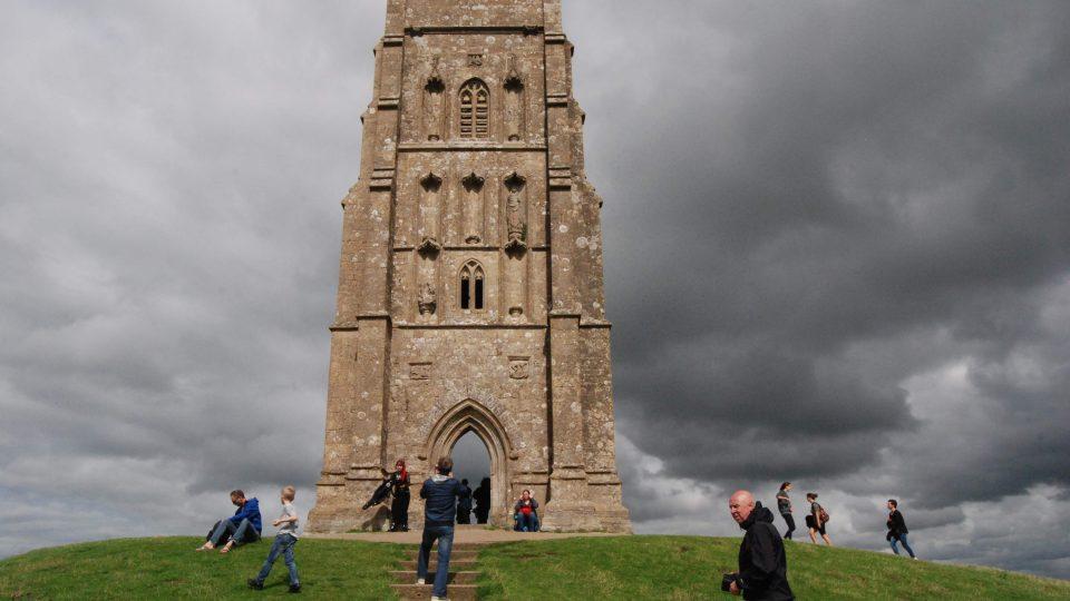 Čtyřposchoďová věž na vrchu Tor je údajně branou do jiného světa