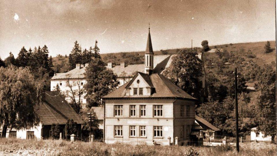 Hlavní ulice v Koclířově, vepředu školka, vzadu věž kostela u kláštera