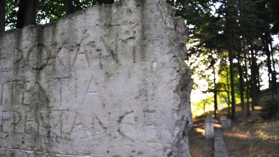 V parku kláštera je usazeno sochařské dílo věnované 3. tajemství zjevení ve Fátimě