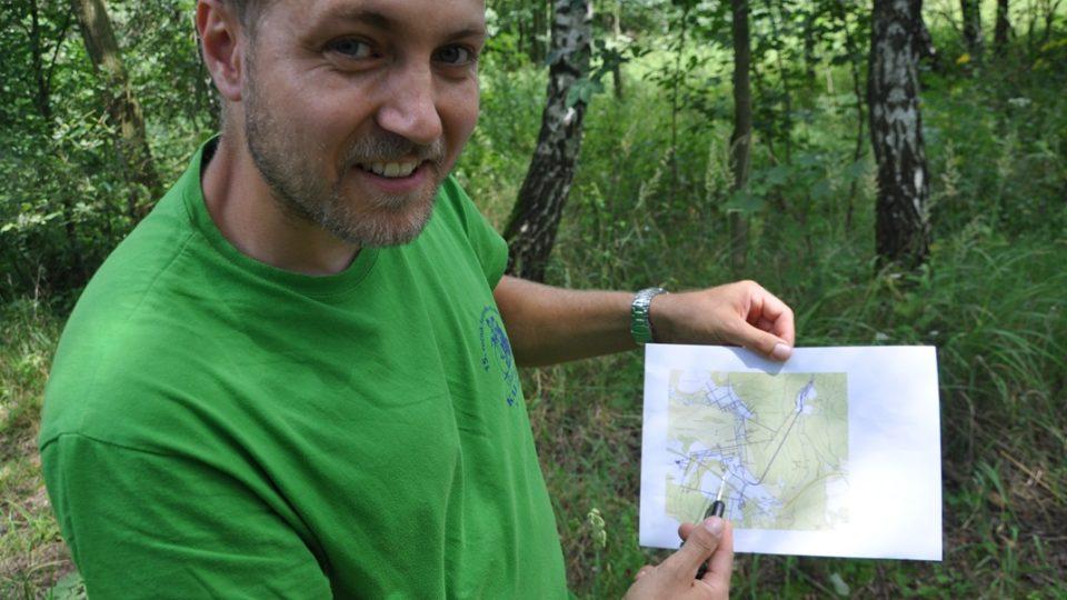 René Kulhan ukazuje jak hustá je siť důlních šachet pod Hřebčí a Koclířovem