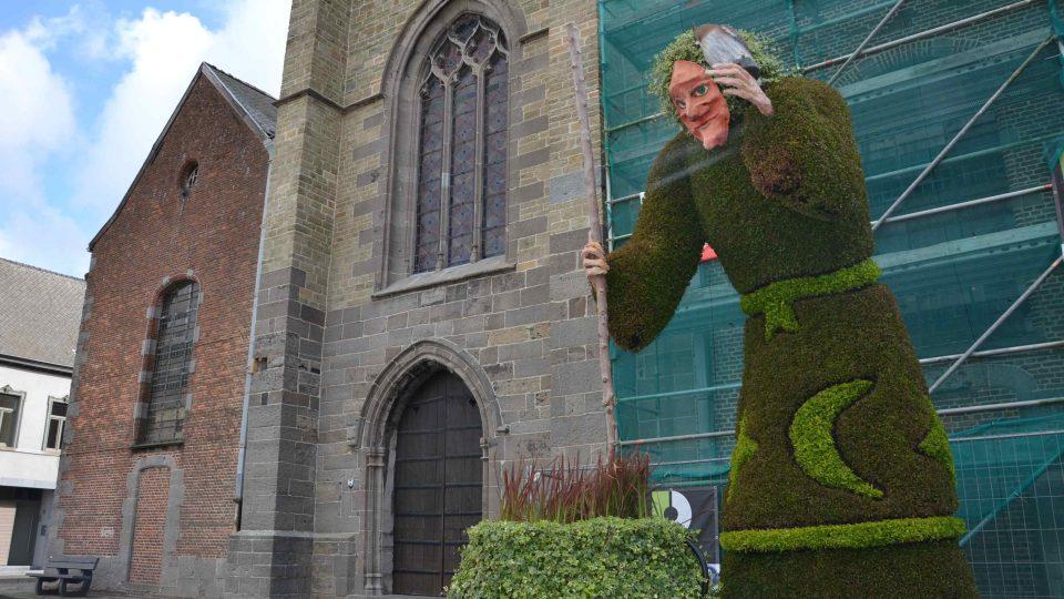 Čarodějnice vystříhaná z živého plotu před kostelem v Ellezelles