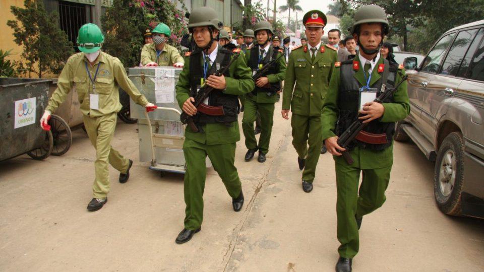Vietnamské ozbrojené složky přivážejí rohovinu z nosorožců, zajištěnou při potírání nelegálního obchodu s ohroženými zvířaty, ke spálení v Hanoji.jpg