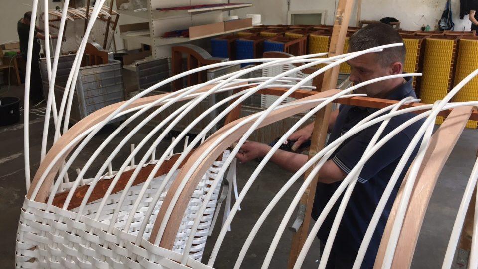 Zkušený pletař zvládne z den vyrobit dva plážové koše