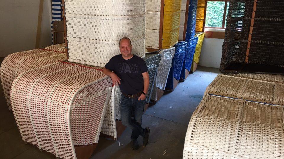 Hrdý majitel firmy na výrobu plážových košů Lars Eggers