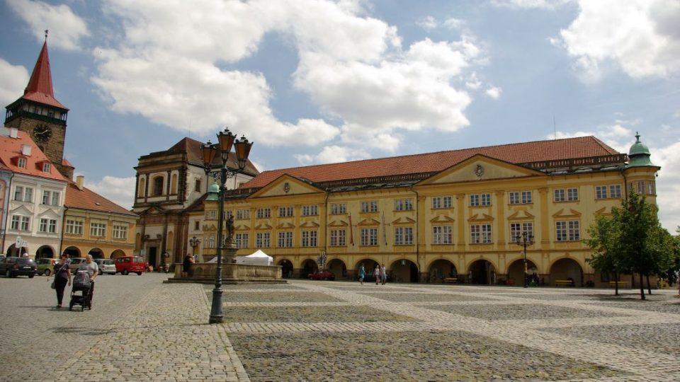 Regionální muzeum v Jičíně sídlí v části Valdštejnského paláce, kde má v nevyhovujícím prostředí i část sbírkových předmětů