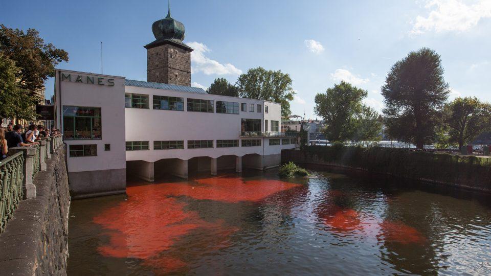 Ekologicky nezávadný pigment se rozpustil v proudy vody, podplaval pod budovou a na druhé straně zbarvil rameno řeky do ruda