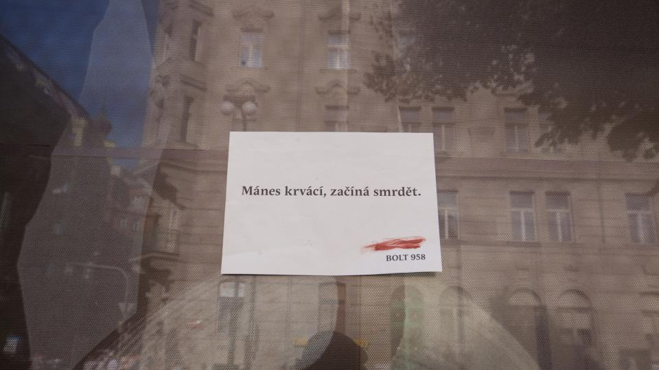 Mánes krvácí a začíná smrdět: umělci ze skupiny Bolt 958 vylili hektolitry potravinářské červené barvy na protest přímo do Vltavy