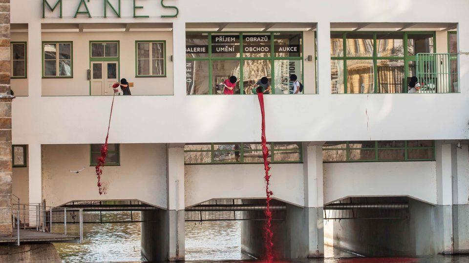 Z jižního ochozu budovy pražské výstavní síně Mánes vylili mladí umělci ze skupiny Bolt 958 hektolitry potravinářské červené barvy přímo do Vltavy