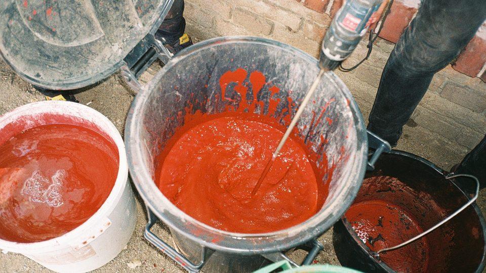 Příprava pigmentu na akci Mánes krvácí a začíná smrdět
