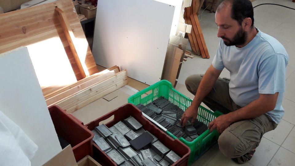 V Holýšově našli tisíce identifikačních cedulek vězňů z druhé světové války