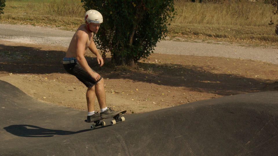Biker Tomáš Kudrnáč, který se podílel na projektu Pump Parku, i na jeho výstavbě, vyzkoušel trať i na skateboardu