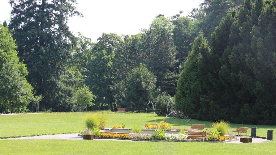 K lázním ve Vráži patří rozlehlý park