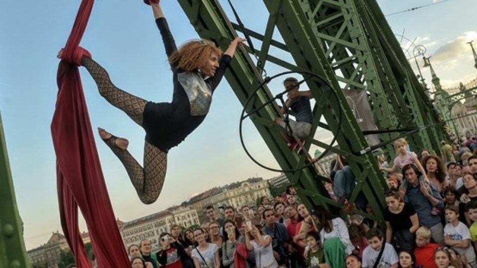 Piknik na mostě Svobody v centru Budapešti