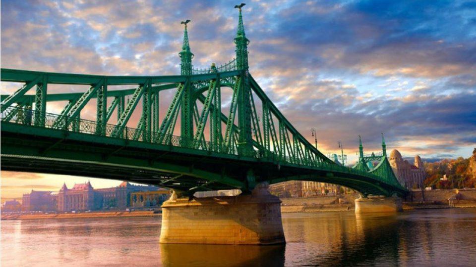 Okolí mostu Svobody má nejen při letních večerech neopakovatelné kouzlo