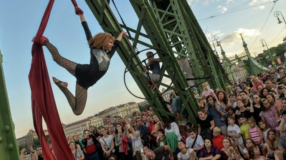 Akrobacie na mostě Svobody, po kterém jindy projedou stovky aut denně