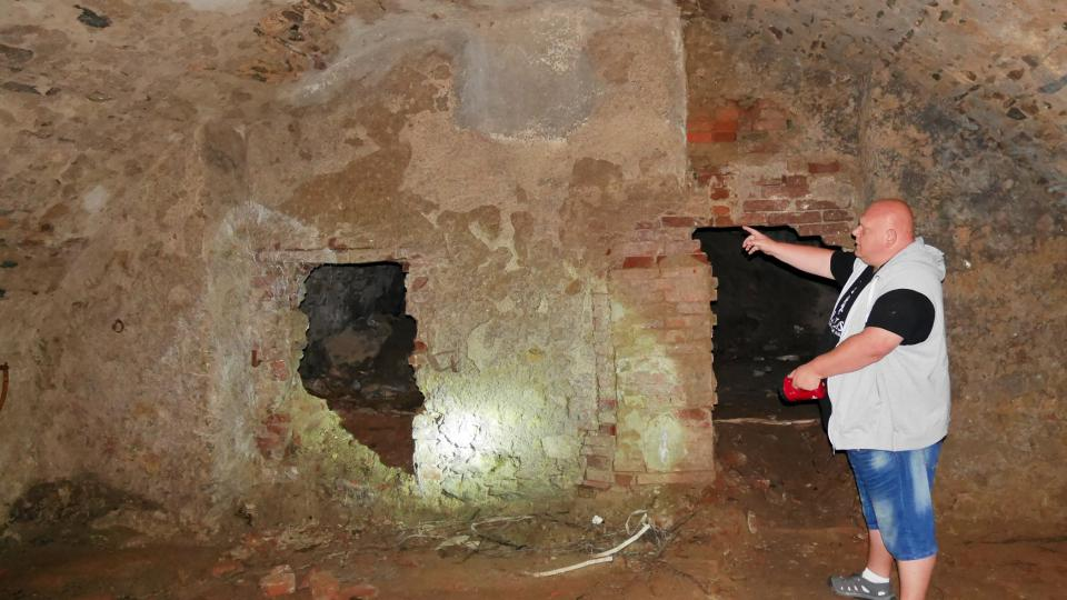 Průvodce Ludvík Pouza ukazuje, ve kterých místech sklepení byla část opevněné tvrze