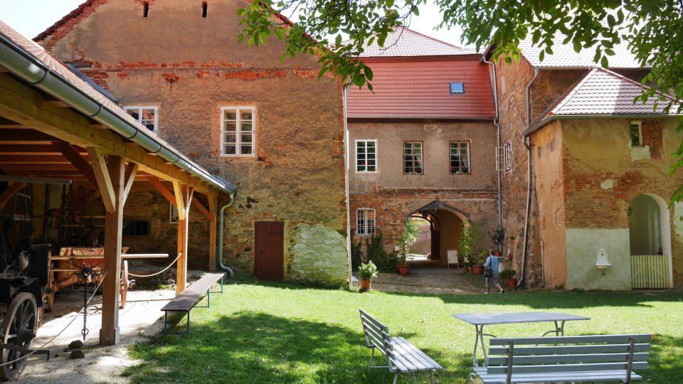 Zámecké nádvoří Starého zámku Chudenice