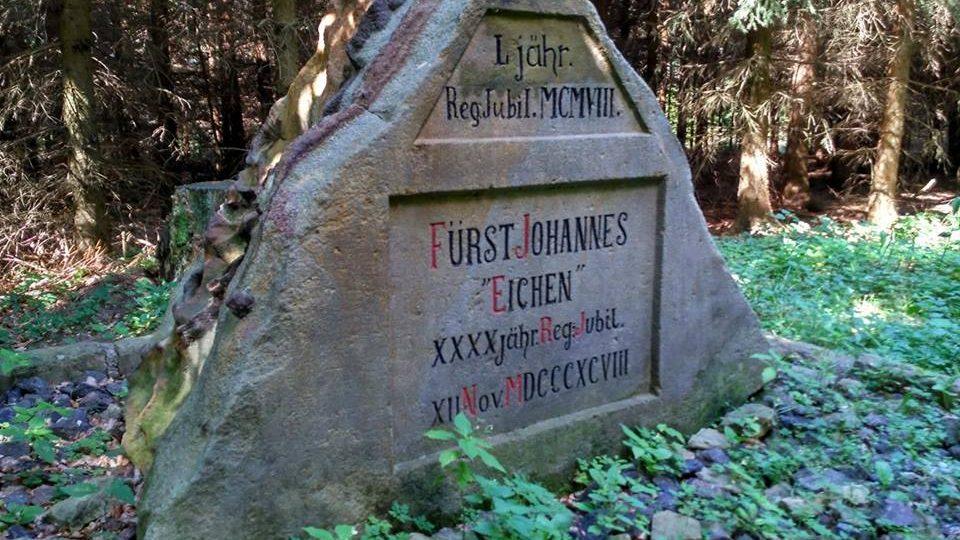 Lichtenštejnský památeční kámen, v blízkosti Třebovských stěn jsou tři