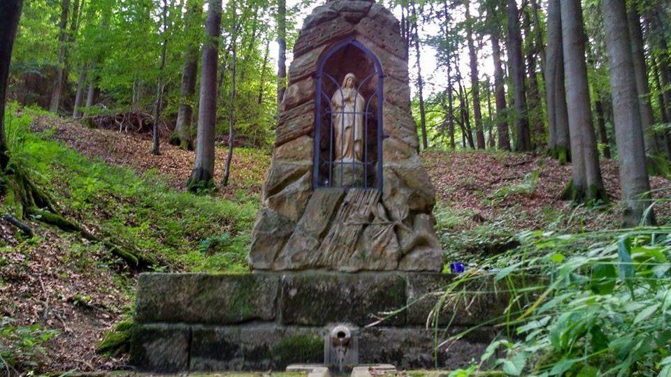 Studánka Panny Marie je vysvěcená, stojí ale zapomenutá uprostřed lesa
