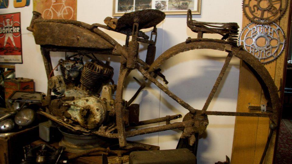 Nejrezavější exponát, torzo motocyklu Indian