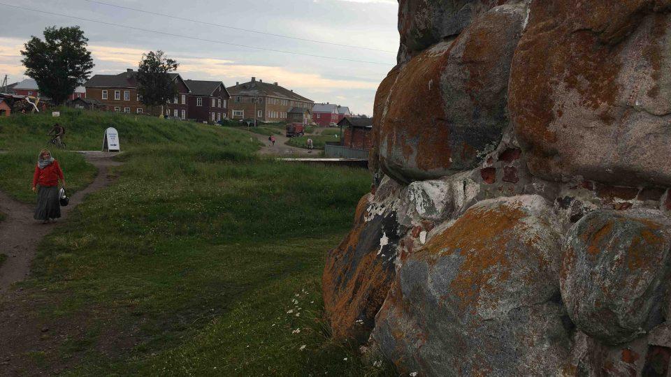 Hradbu kolem Soloveckého kláštera tvoří obrovské kameny