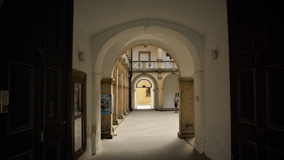 Vstup na arkádové nádvoří Valdštejnského paláce v Jičíně