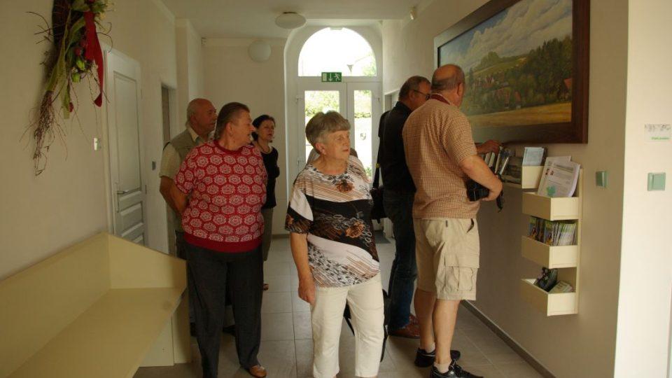 Návštěvníci při prohlídce zachráněného a zrekonstruovaného Škaloudova statku