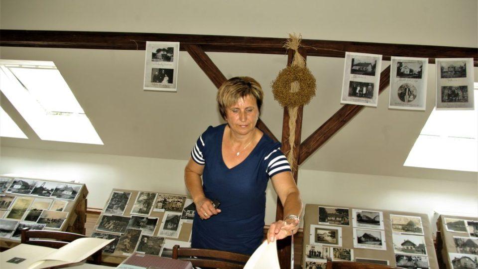 Starostka Bukvice Eliška Formanová listuje starými kronikami na expozici v zadaptovaných půdních prostorách