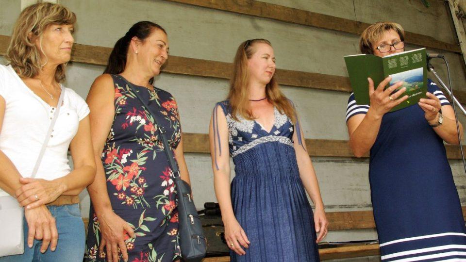 Starostka obce Eliška Formanová (vpravo) poděkovala spoluautorce brožury  J. Kracíkové (druhá zprava), ale také ženám, které připravily obě výstavy. Zleva  J. Knajflová a Š. Talácková